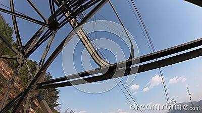 Ο πυλώνας cableway που συνδέει τις πόλεις Albino και Selvino Στο υπόβαθρο η πόλη Albino απόθεμα βίντεο