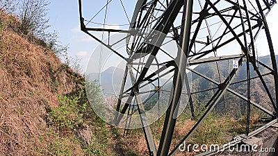 Ο πυλώνας cableway που συνδέει τις πόλεις Albino και Selvino E απόθεμα βίντεο