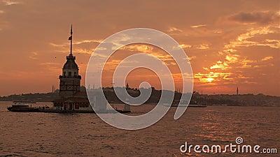 Ο πύργος της Παρθένου με τον ουρανό του ηλιοβασίλεου στην Ιστανμπούλ, Τουρκία Κιζ Κουλέσι - Ουσκουντάρ απόθεμα βίντεο