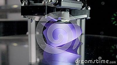 Ο σύγχρονος εκτυπωτής 3d δημιουργεί μοβ φουτουριστικό αντικείμενο απόθεμα βίντεο