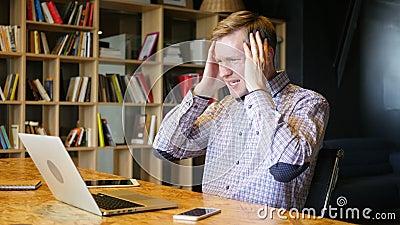 ο τονισμένος σε απευθείας σύνδεση οικονομικός έμπορος αντιδρά δεδομένου ότι προσέχει τη συντριβή διαπραγμάτευσης απόθεμα βίντεο