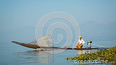 Ο τοπικός ψαράς κινείται γρήγορα στη βάρκα με μια σύγχρονη μηχανή inle λίμνη Myanmar απόθεμα βίντεο