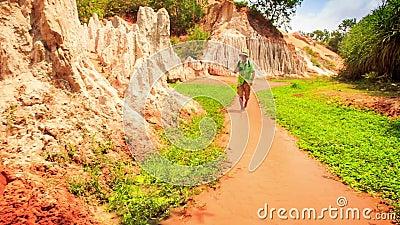 Ο τουρίστας περπατά τις ξυπόλυτες φωτογραφίες στα ρηχά νερά νεράιδα-ρευμάτων απόθεμα βίντεο