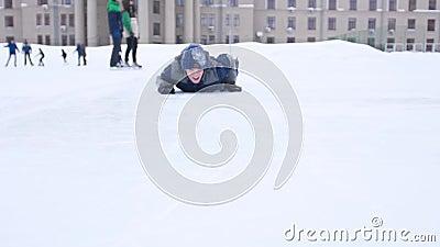 Ο τύπος κάνει πατινάζ και πέφτει Παίκτης του χόκεϊ πέφτει στον πάγο απόθεμα βίντεο