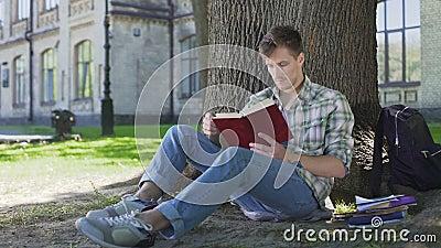 Ο τύπος τελειώνει το κεφάλαιο βιβλίων, σκεπτόμενος για τη συνεδρίαση ιστορίας στη σκιά του δέντρου απόθεμα βίντεο