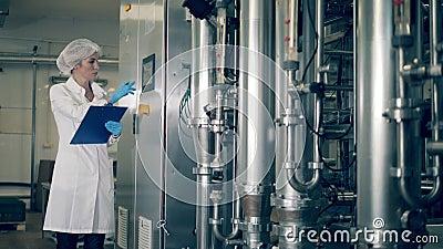 Ο υπάλληλος του εργοστασίου λειτουργεί μηχανισμούς εγκαταστάσεων απόθεμα βίντεο