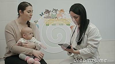 Ο φιλικός γιατρός παιδιάτρων εξηγεί κάτι απόθεμα βίντεο