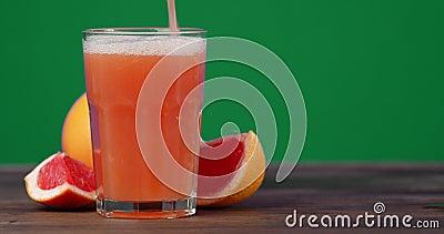 Ο χυμός από τα γκρέιπφρουτ χύεται σε ένα ποτήρι φιλμ μικρού μήκους