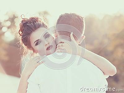 温暖的容忍 男朋友女孩她拥抱 葡萄酒定调子 浪漫概念为stvalentine天图片