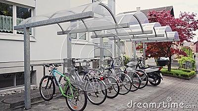 Πάρκινγκ ποδηλάτων κοντά στο σπίτι φιλμ μικρού μήκους