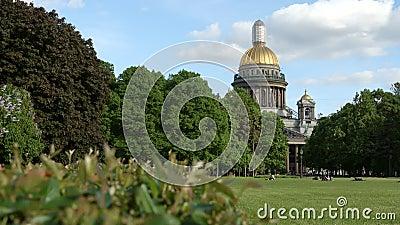 Πάρκο κοντά στο Isaac Cathedral το καλοκαίρι - Αγία Πετρούπολη, Ρωσία απόθεμα βίντεο