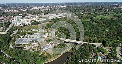 Πάρκο Schenley στο Πίτσμπουργκ, Πενσυλβάνια, Ηνωμένες Πολιτείες Οικοτροφεία Phipps και βοτανικοί κήποι στο παρασκήνιο 5 απόθεμα βίντεο