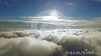 Πέταγμα μέσω των σύννεφων προς τη The Sun Μέσω των σύννεφων στον ήλιο 4K ψήφισμα φιλμ μικρού μήκους