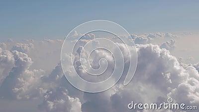 Πέταγμα μεταξύ των σύννεφων απόθεμα βίντεο