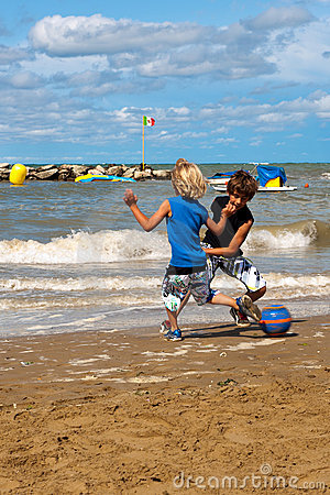 Παίζοντας ποδόσφαιρο στην παραλία