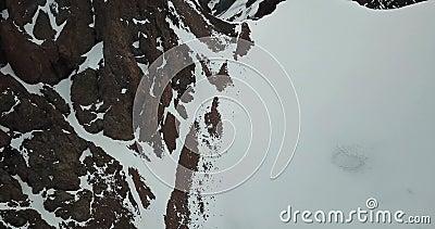 Παγετώνας στα βουνά Δύσκολες κλίσεις που καλύπτονται με τον πάγο, το χιόνι και τις ρωγμές φιλμ μικρού μήκους