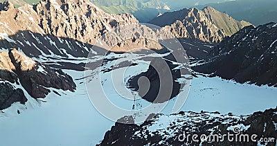Παγετώνας στα βουνά Δύσκολες κλίσεις που καλύπτονται με τον πάγο, το χιόνι και τις ρωγμές απόθεμα βίντεο