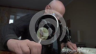 Παλαιός μοδάτης περιστρέφει στολή ραπτομηχανής τροχού απόθεμα βίντεο