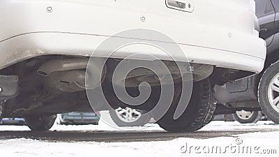 Παλαιός σωλήνας εξάτμισης αυτοκινήτων diesel, κρύα έναρξη diesel, καπνός, χειμώνας απόθεμα βίντεο