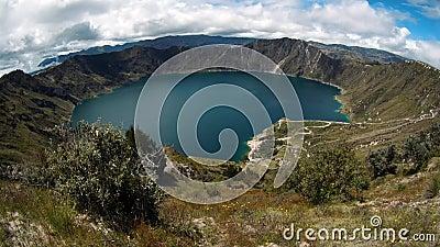 Πανοραμική άποψη της λιμνοθάλασσας στο κρατήρα Quilotoa του Ισημερινού Γαϊδούρι που βόσκει επιτόπου φιλμ μικρού μήκους