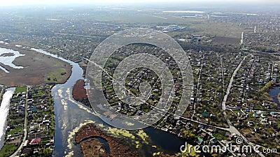Πανοραμική θέα στο χωριό, τους δρόμους, τους δρόμους, τα νησιά και το δέλτα του ποταμού απόθεμα βίντεο