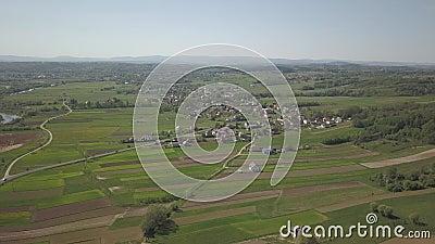 Πανόραμα από μια άποψη ματιών πουλιών ` s Κεντρική Ευρώπη: η πόλη ή το χωριό βρίσκεται μεταξύ των πράσινων λόφων κλίμα συγκρατημέ απόθεμα βίντεο