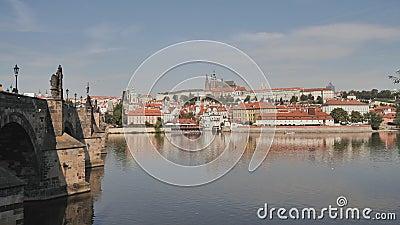 Πανόραμα της Πράγας με ένα μέρος της γέφυρας του Charles και του ποταμού Τσεχικό κεφάλαιο απόθεμα βίντεο