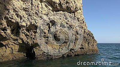 Παράκτιος σχηματισμός βράχου παραλιών φιλμ μικρού μήκους