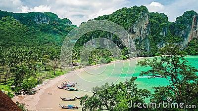 Παραλία του Tom Sai καπέλων με τις μακριές βάρκες ουρών στην παραλία Προορισμός ταξιδιού Railay κοντά στο AO Nang, Krabi, Ταϊλάνδ φιλμ μικρού μήκους