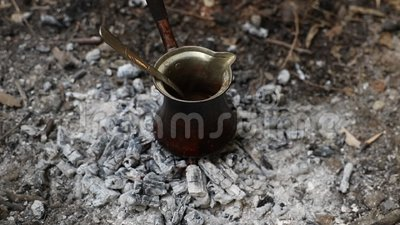 Παρασκευή τουρκικού καφέ στην κατασκήνωση απόθεμα βίντεο