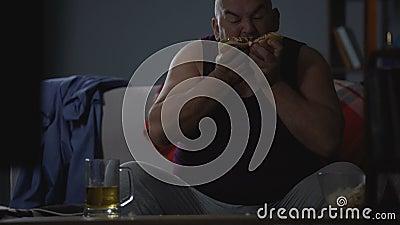 Παχουλό άτομο που γεμίζει με το ελαιούχο άχρηστο φαγητό, το greediness και να παραφάει, ζητήματα υγείας απόθεμα βίντεο