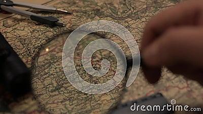 Παλαιός χάρτης με πιό magnifier, το διαιρέτη και τον κυβερνήτη απόθεμα βίντεο