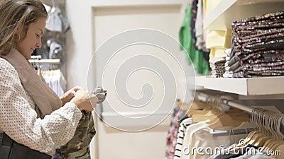 Πελάτης σε κατάστημα παιδικών ειδών ένδυσης απόθεμα βίντεο