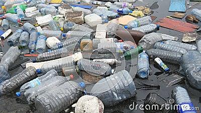 Περιβάλλον Πλαστικά μπουκάλια, σακούλες, σκουπίδια στο ποτάμι, λίμνη Απόβλητα και ρύπανση που επιπλέουν στο νερό απόθεμα βίντεο