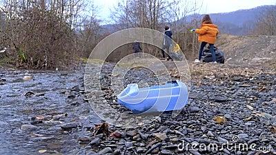 Περιβαλλοντικά προβλήματα Εθελοντές συλλέγουν σκουπίδια στις όχθες του ποταμού απόθεμα βίντεο