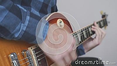 Περιστρεφόμενα χέρια κιθαρίστα που παίζουν ηλεκτρική ή ακουστική κιθάρα με τα δάχτυλα να κινούν χορδές και χορδές στο εξωτερικό Μ απόθεμα βίντεο