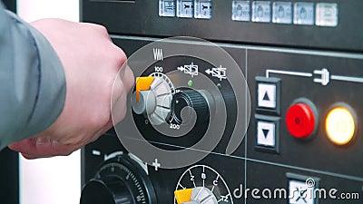 Περιστρεφόμενο εξόγκωμα προσαρμογής μηχανικών στη βιομηχανική μηχανή Εργασία μηχανικών απόθεμα βίντεο