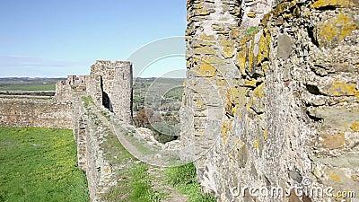 Περπάτημα battlement στο κάστρο της πόλης Terena απόθεμα βίντεο