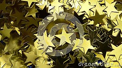 Πεσμένα αστέρια σκοτεινός ουρανός Χρυσό κίτρινο χαρτοπόλεμο στο κλασικό μπλε φωτεινό χρώμα κλείνει το φόντο της μακροεντολής απόθεμα βίντεο