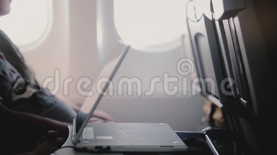 Πλάγια όψη κινηματογραφήσεων σε πρώτο πλάνο των βίντεο προσοχής επιβατών αεροπλάνων στην κινητή συσκευή video ταμπλετών, που κινε απόθεμα βίντεο