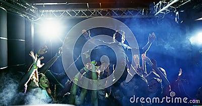 Πλήθος που κάνει σερφ σε μια συναυλία 4k φιλμ μικρού μήκους