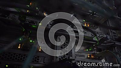 Πλήμνη σύνδεσης δικτύων Ethernet Να αναβοσβήσει φω'τα σε ένα σκοτεινό δωμάτιο κεντρικών υπολογιστών, άποψη κινηματογραφήσεων σε π απόθεμα βίντεο