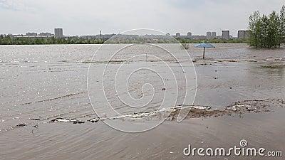 Πλημμύρα στο πέρασμα ποταμών Irtysh η πόλη του Ομσκ, Ρωσία φιλμ μικρού μήκους