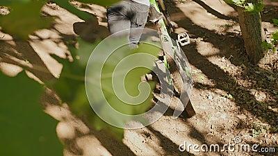 Ποδηλάτης με συρόμενα ποδήλατα βουνού Ποδηλάτης που καβαλάει ποδήλατο βουνού απόθεμα βίντεο