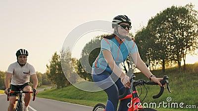 Ποδηλάτης Σε Πίσω Όψη Οδικού Ποδηλάτου Ποδηλασία Άνδρες Ποδηλασία Οδικό Ποδήλατο Στο City Park Ενεργοποίηση Στιγμιότυπου Παρακολο απόθεμα βίντεο