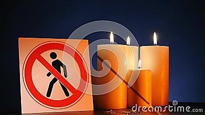 Πολλά καίγοντας ελαφριά κεριά κεριών με την κυματίζοντας κίτρινη φλόγα με το σημάδι ` για την είσοδο ανθρώπων είναι απαγορευμένα  απόθεμα βίντεο