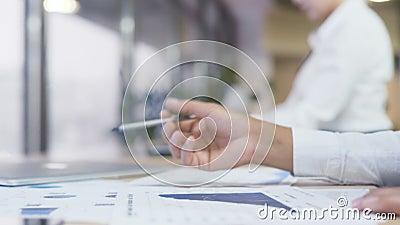 Πολυάσχολα εκθέσεις αναθεώρησης επιχειρησιακών γυναικών και διαγράμματα, έδρα εκλογής απόθεμα βίντεο