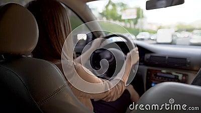Πολυάσχολο οδηγώντας αυτοκίνητο επιχειρησιακών γυναικών, που πιέζει χρονικά στη διάσκεψη Μεταφορά απόθεμα βίντεο