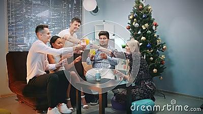 Πολυ-εθνικοί φίλοι που γιορτάζουν τη Παραμονή Πρωτοχρονιάς με τα sparklers και τα ξηρά κοκτέιλ πάγου απόθεμα βίντεο