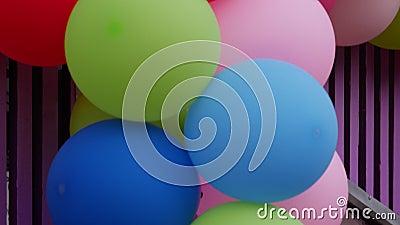 Πολύχρωμα μπαλόνια Διαφήμιση στους δρόμους Ήλιο σε μπαλόνια απόθεμα βίντεο